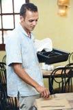 Camarero árabe en uniforme en el restaurante Fotografía de archivo