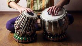 Человек играя на индийских барабанчиках tabla сток-видео