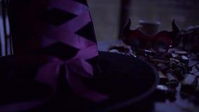 Tabla adornada con el símbolo de Halloween - levante el sombrero o'lantern, esquelético, de la bruja, los caramelos y las luces almacen de metraje de vídeo