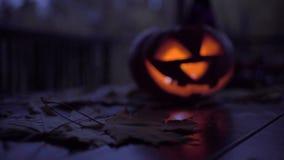 Tabla adornada con el símbolo de Halloween - levante el sombrero o'lantern, esquelético, de la bruja, los caramelos y las luces almacen de video