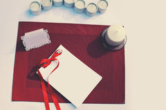 Tabla adornada con la tarjeta de papel y las velas Casandose, banquete, fondo de los días de fiesta Fotos de archivo libres de regalías