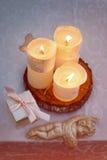 Tabla adornada con las velas y los ángeles para casarse o la cena romántica Caja de regalo con los anillos de bodas, oferta o Foto de archivo