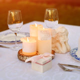 Tabla adornada con las velas y los ángeles para casarse o la cena romántica Caja de regalo con los anillos de bodas, oferta o Imagen de archivo