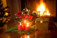 Tabla adornada de la Navidad en la sala de estar con la chimenea ardiente Fotos de archivo