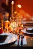 Tabla adornada del día de fiesta de la Navidad lista para la cena Fotos de archivo libres de regalías