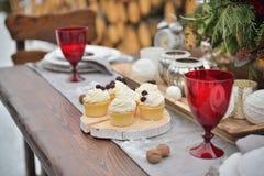 Tabla adornada del día de fiesta de la Navidad lista para la cena Fijado maravillosamente con las velas, las ramitas spruce, las  Imagenes de archivo