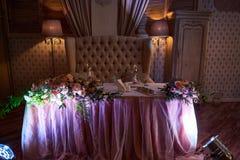 Tabla adornada del restaurante para los recienes casados Imagen de archivo libre de regalías