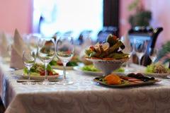 Tabla adornada en restaurante Imagen de archivo