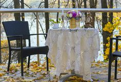 Tabla adornada en un café de la calle contra la perspectiva del otoño foto de archivo