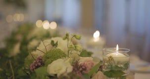 Tabla adornada para la cena de boda almacen de metraje de vídeo