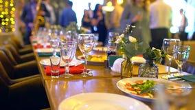 Tabla adornada para una cena de boda Las tablas de banquete elegantes se prepararon para una conferencia o un partido, tabla de b almacen de video