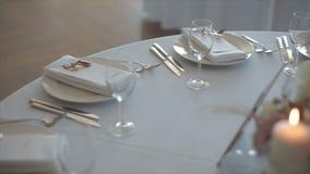 Tabla adornada para una cena que se casa con las velas ardientes metrajes