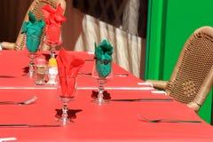 Tabla al aire libre colorida del restaurante Imagenes de archivo