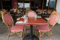 Tabla al aire libre del restaurante Imágenes de archivo libres de regalías