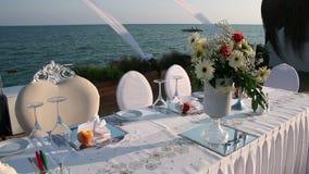 Tabla al aire libre elegante de la boda con la opinión del mar almacen de video