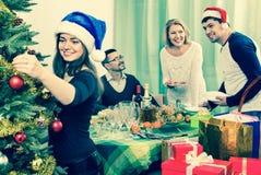 Tabla alegre del ajuste de la familia para la cena Foto de archivo libre de regalías