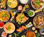 Tabla asiática de la comida con diversa clase de comida china Imagen de archivo