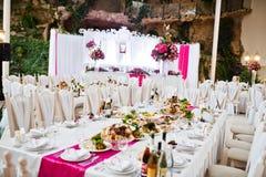 Tabla asombrosa de la boda en estilo rosado con las flores Fotografía de archivo libre de regalías