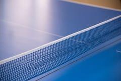 Tabla azul para el tenis y estirada en él una red del tejido Fotografía de archivo libre de regalías