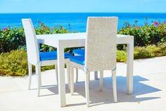 Tabla blanca de un restaurante de la playa cerca del mar Imagen de archivo libre de regalías
