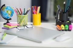 Tabla blanca del escritorio de oficina con los accesorios de la escuela con los materiales de oficina Fotos de archivo libres de regalías