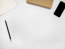 Tabla blanca del escritorio de oficina con muchas cosas Imágenes de archivo libres de regalías