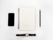 Tabla blanca del escritorio de oficina con muchas cosas Imagen de archivo