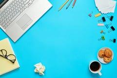 Tabla brillante de la oficina creativa con el ordenador portátil fotos de archivo libres de regalías