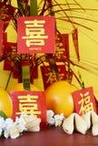 Tabla china del partido de la celebración del Año Nuevo en fondo de madera rojo y amarillo Foto de archivo