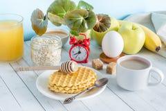 Tabla colorida útil del blanco de la vida de la avena del despertador de las galletas de la fruta de la leche del café del desayu Imagen de archivo