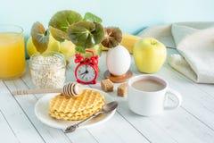 Tabla colorida útil del blanco de la vida de la avena del despertador de las galletas de la fruta de la leche del café del desayu Fotos de archivo