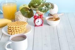Tabla colorida útil del blanco de la vida de la avena del despertador de las galletas de la fruta de la leche del café del desayu Imágenes de archivo libres de regalías