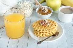 Tabla colorida útil del blanco de la vida de la avena de las galletas de la fruta de la leche del café del desayuno aún Imágenes de archivo libres de regalías