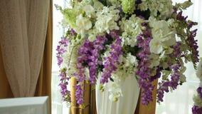 Tabla con cualidades de la boda y un ramo de flores para la ceremonia almacen de metraje de vídeo