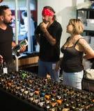 Tabla con diversas máquinas profesionales del tatuaje para la venta Imagen de archivo libre de regalías