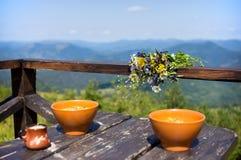 Tabla con el almuerzo en las montañas Fotografía de archivo