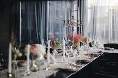 tabla con la decoración hermosa de la flor foto de archivo