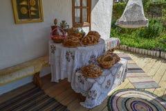 Tabla con la hornada del pan Fotos de archivo