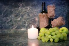 Tabla con la uva de la botella de vino Imagen de archivo libre de regalías