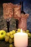 Tabla con la uva de la botella de vino Fotografía de archivo libre de regalías