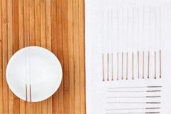 Tabla con las agujas para la acupuntura Agujas de plata para la medicina tradicional de la acupuntura en la tabla imagen de archivo