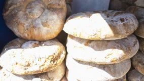 Tabla con las barras de pan hechas a mano en una feria medieval en el SP Fotos de archivo libres de regalías