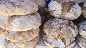 Tabla con las barras de pan hechas a mano en una feria medieval en el SP Imagen de archivo