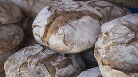 Tabla con las barras de pan hechas a mano en una feria medieval en el SP Fotos de archivo