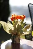 Tabla con las flores de la primavera Fotografía de archivo libre de regalías