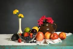 Tabla con las frutas y las flores Fotografía de archivo libre de regalías