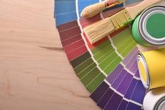 Tabla con las herramientas de la pintura para el detalle casero de la visión superior imagenes de archivo