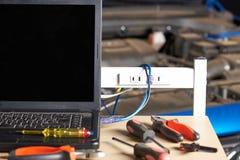 Tabla con las herramientas para el diagnóstico del ordenador del coche fotografía de archivo libre de regalías