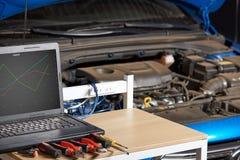 Tabla con las herramientas para el diagnóstico eléctrico del coche fotos de archivo libres de regalías