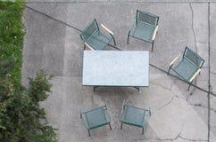 Tabla con las sillas Imagen de archivo libre de regalías